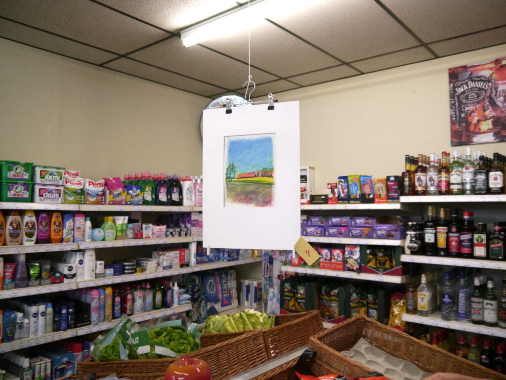 Kunst inmitten des Alltags: Beim Dorfladen-Besuch können sich die Kunden zahlreiche Bilder anschauen. Foto: Lena Riekhoff